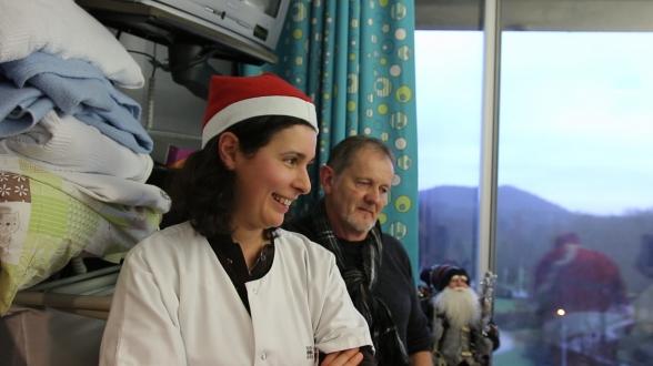 C'est que cet après-midi, le personnel pédiatrique accueille un bien étrange visiteur...