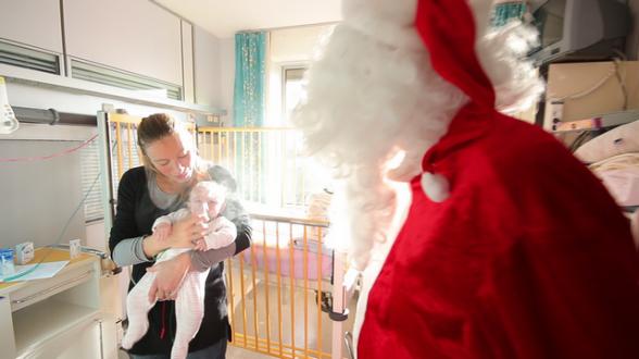Le Père Noël prend des nouvelle de chaque enfant.