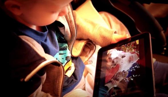 Depuis son chalet, le Père Noël avait fait une vidéo pour Aaron...