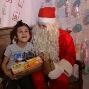 """... les enfants qui peuvent se déplacer passent auprès de lui, pour un moment """"cadeaux""""..."""