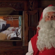 Mieux encore : dans son miroir magique, le Père Noël (qui sait tout), avait même une image de la chambre d'Aaron...